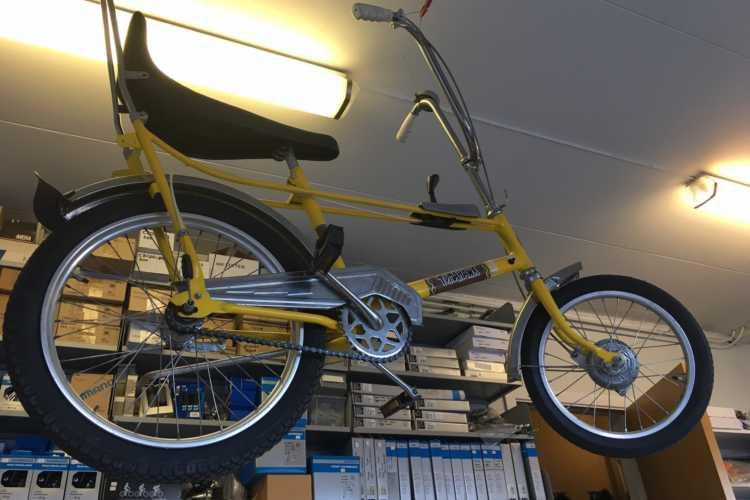 Tomahawk-sykkel under taket